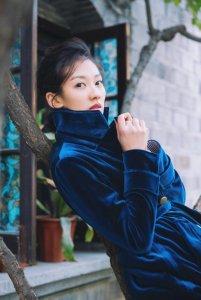 马藜蓝色系早春街拍曝光 释放演员的多样魅力